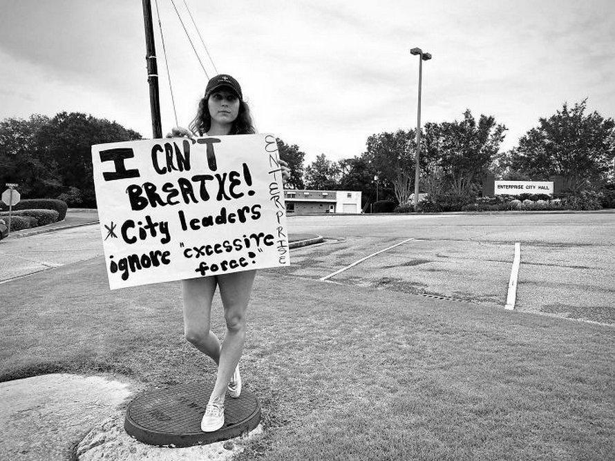 Ces photos de manifestants solitaires sont devenues virales pour montrer qu'aucune voix n'est trop petite