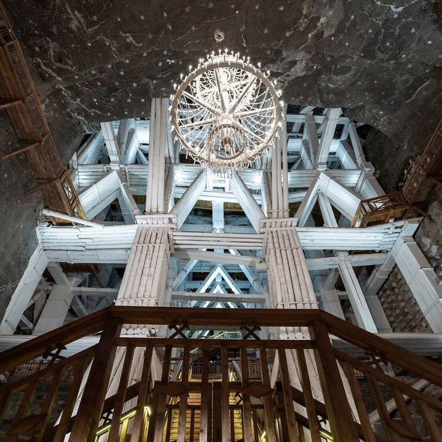 Il y a une mine de sel en Pologne avec des lacs souterrains, des chapelles et des lustres de sel et ces 30 photos semblent irréelles