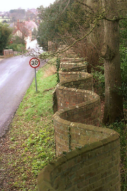 Ces murs de jardin britanniques ondulés nécessitent moins de briques à construire que des murs droits
