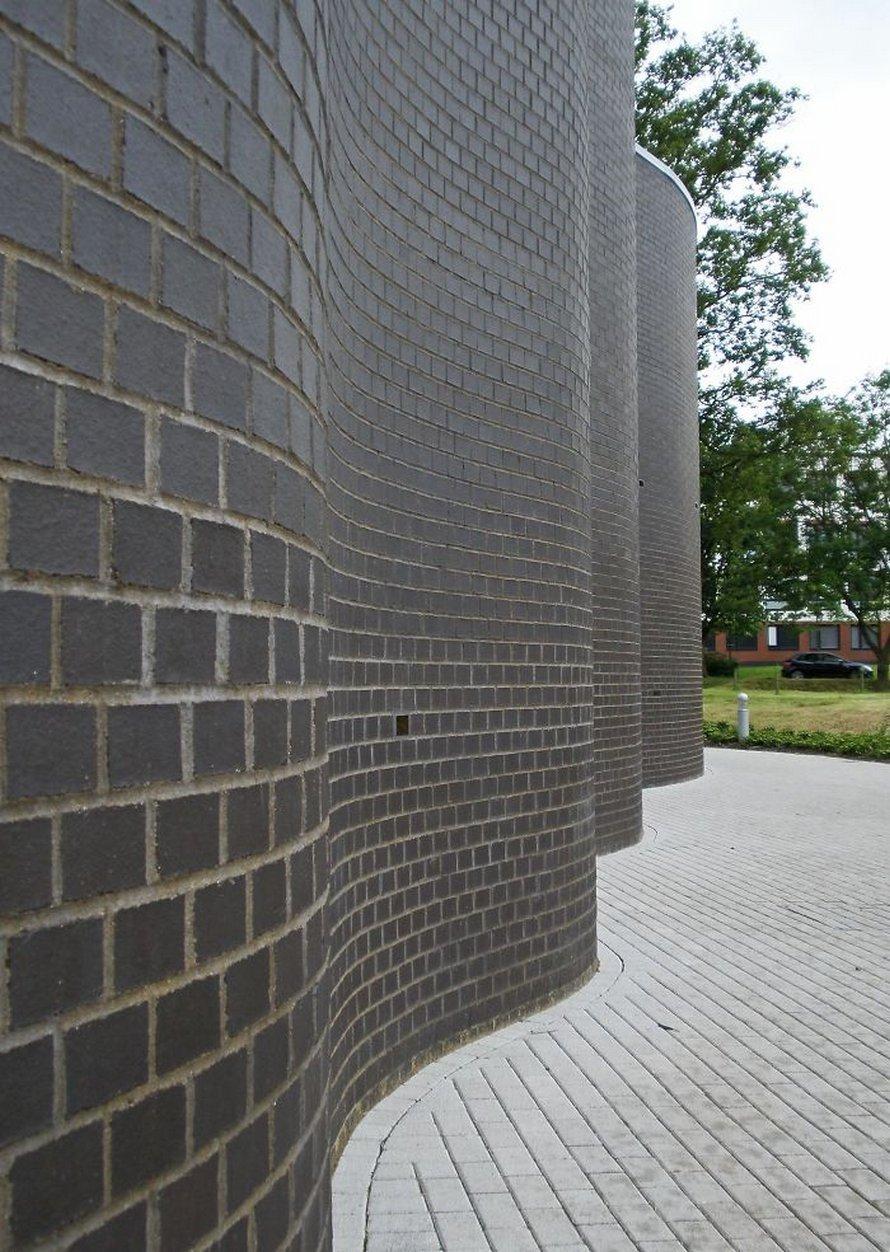 Ces murs de jardin britanniques ondulés nécessitent moins de briques à construire que les murs droits