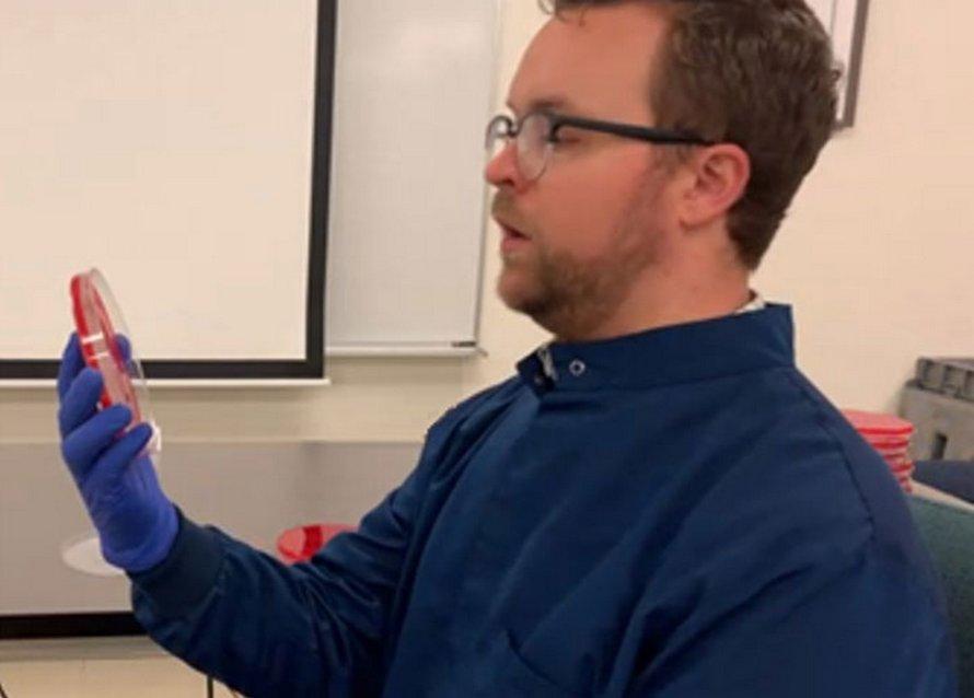 Un scientifique démontre l'effet de porter un masque par rapport à celui de ne pas en porter un