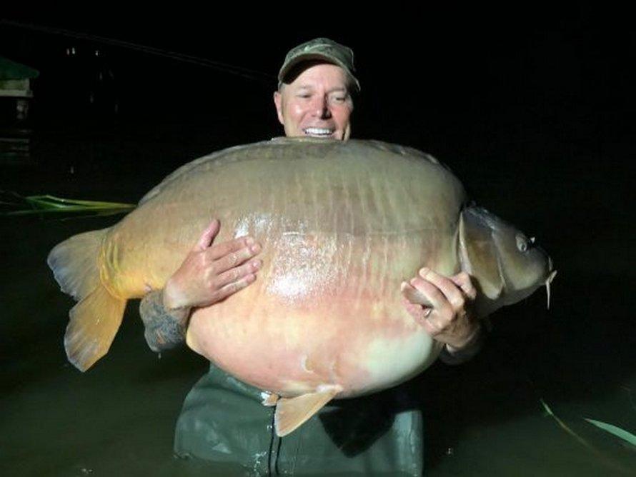 Un pêcheur attrape une énorme carpe de 51 kilos pendant ses vacances