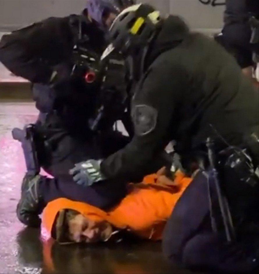 Un policier enlève le genou d'un collègue du cou d'un homme lors d'une manifestation contre le meurtre de George Floyd