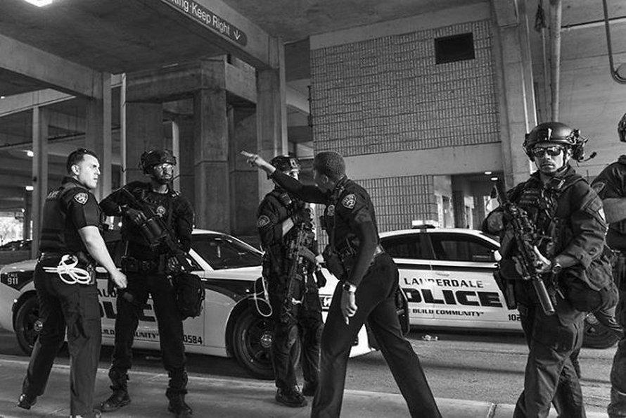 Après qu'un policier ait poussé une femme agenouillée, une policière noire l'a défendue
