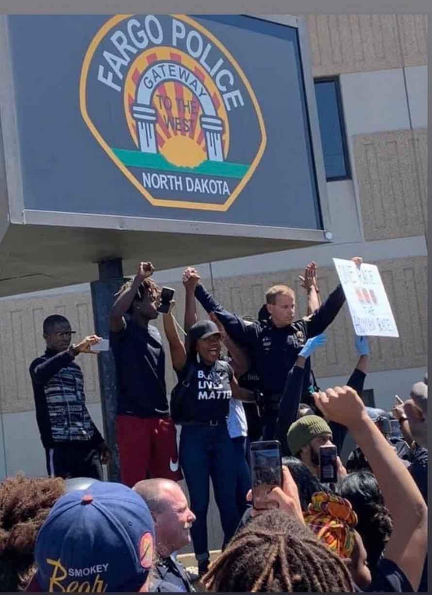 Des policiers ont offert leur soutien à George Floyd dans plusieurs villes américaines