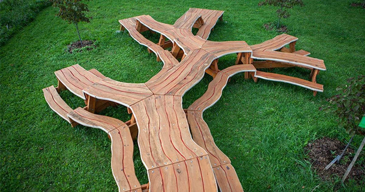 Cette table de pique-nique fascinante ressemble à un arbre immense
