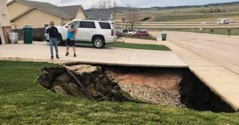 Un énorme trou s'est ouvert dans le Dakota du Sud, alors des gens y ont pénétré pour enquêter et les photos sont devenues virales