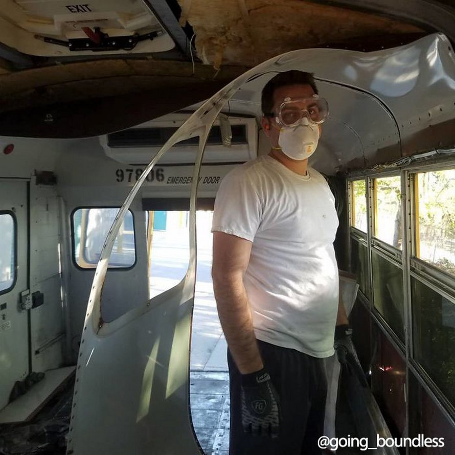 Un couple a passé un an et demi à transformer un vieux bus scolaire des années 90 en maison confortable et tout ce travail en a valu la peine