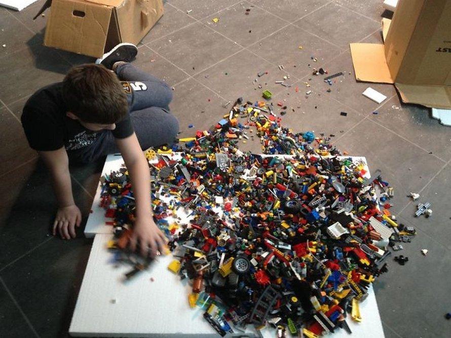 Un garçon autiste construit la plus grande réplique du Titanic au monde avec 56000 briques LEGO