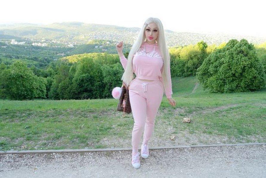 Cette Barbie humaine dit qu'elle est «trop sexy pour travailler» après avoir dépensé 150000€ en chirurgies plastiques