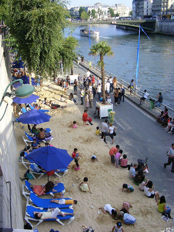 Paris lance la saison estivale avec un cinéma flottant qui favorise la distanciation sociale ! (vidéo)By Ipnoze.com Cinema-flottant-paris-plages-la-villette-009