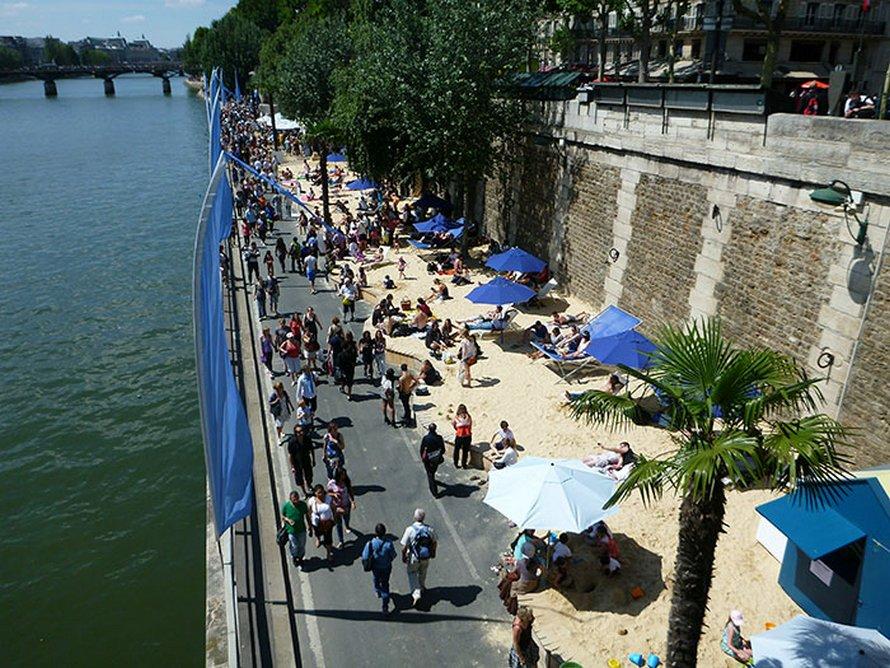 Paris lance la saison estivale avec un cinéma flottant qui favorise la distanciation sociale ! (vidéo)By Ipnoze.com Cinema-flottant-paris-plages-la-villette-011