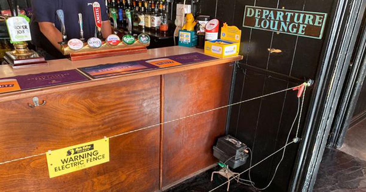 Un propriétaire de bar installe une clôture électrique pour renforcer la distanciation sociale