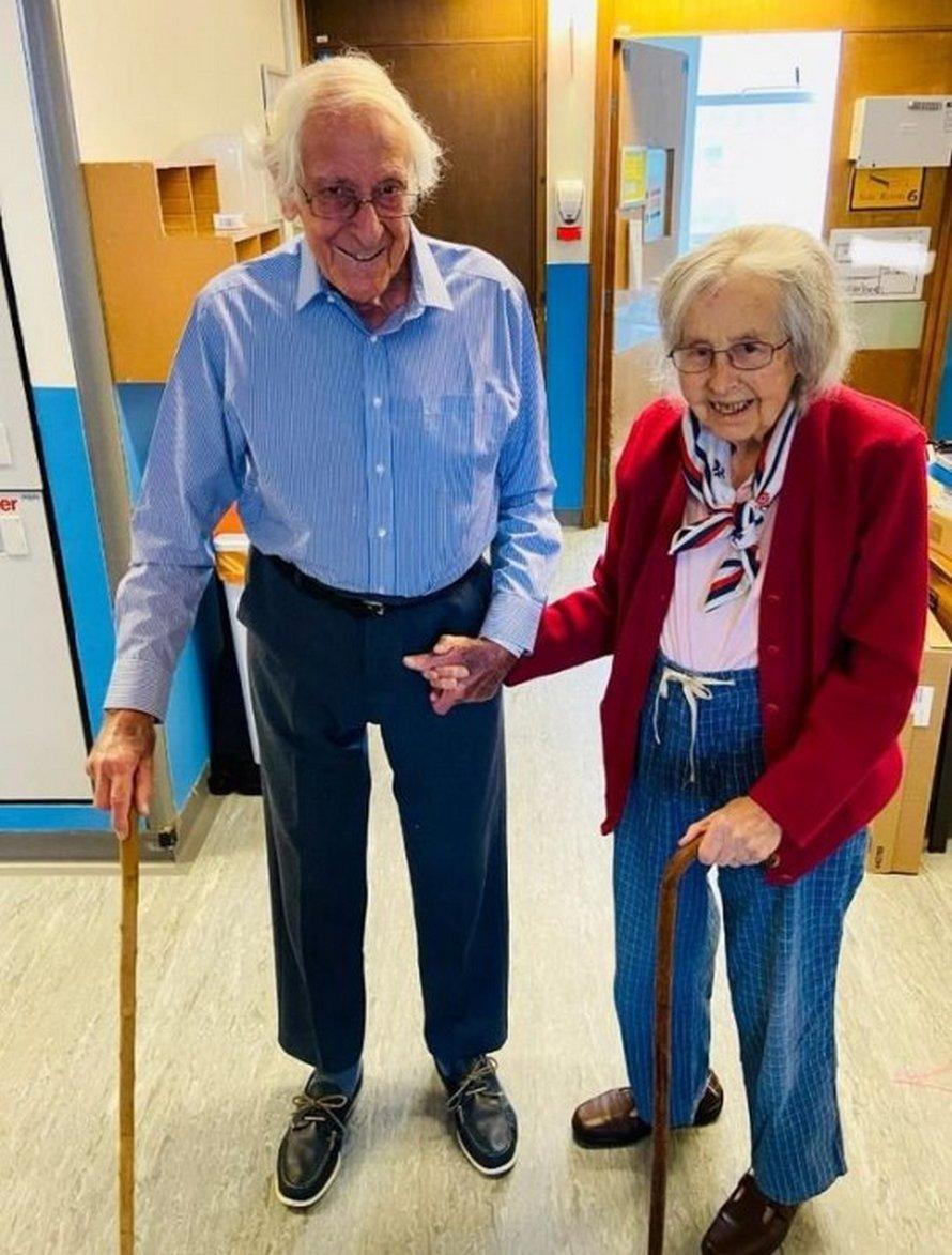 Un couple âgé quitte l'hôpital après avoir vaincu le coronavirus ensemble
