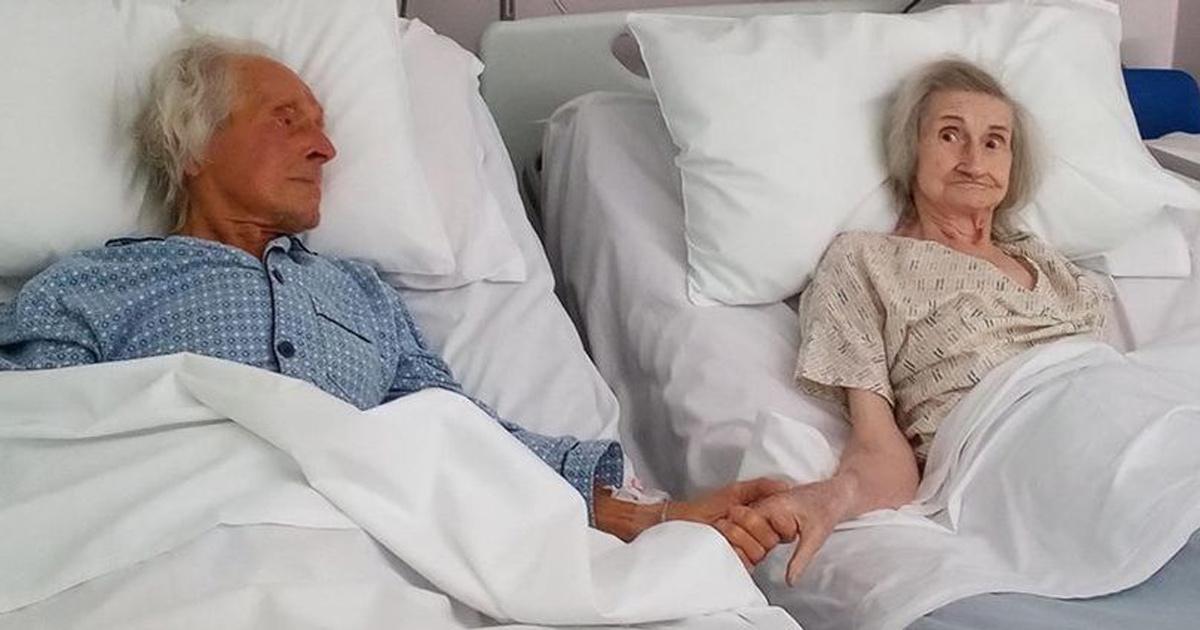 Un couple marié depuis 62 ans se tient la main pour la dernière fois