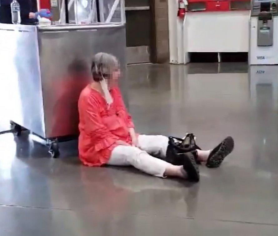 Une femme qui refuse de porter un masque chez Costco fait une crise parce qu'elle est incapable de se faire servir