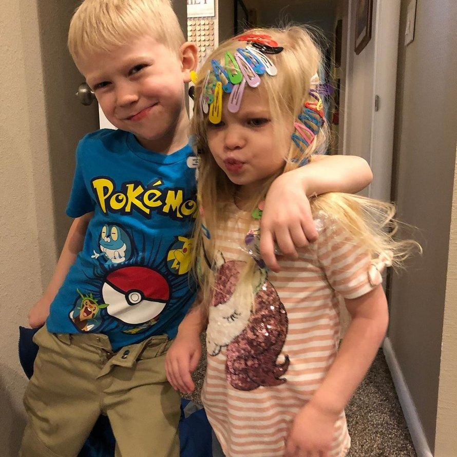Un petit garçon sauve sa soeur d'une attaque de chien