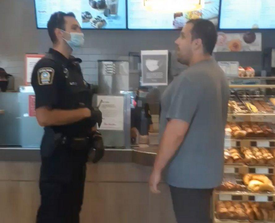 Une intervention policière au Tim Hortons devient virale (VIDÉO) — Port du masque