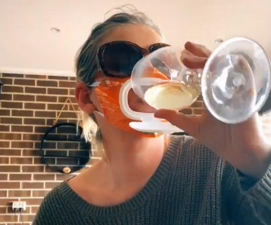 Une maman crée un masque avec rabat pour boire du vin à partir d'un paquet de lingettes pour bébé