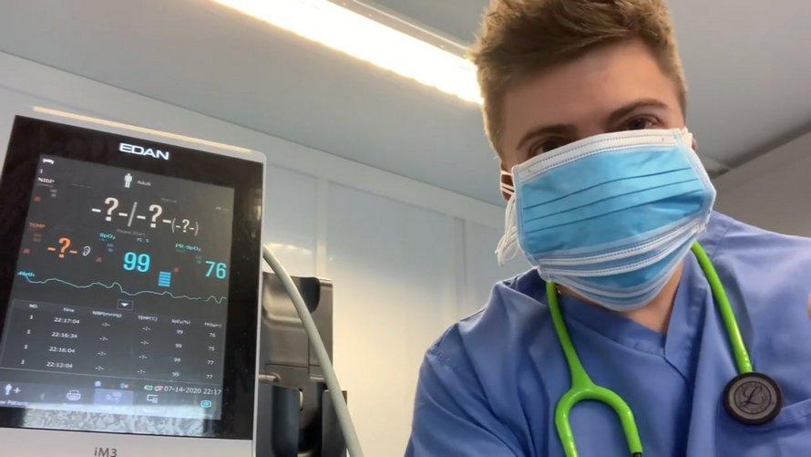 Un médecin branché à un moniteur d'oxygène enfile 6 masques et prouve qu'ils ne réduisent pas le taux d'oxygène