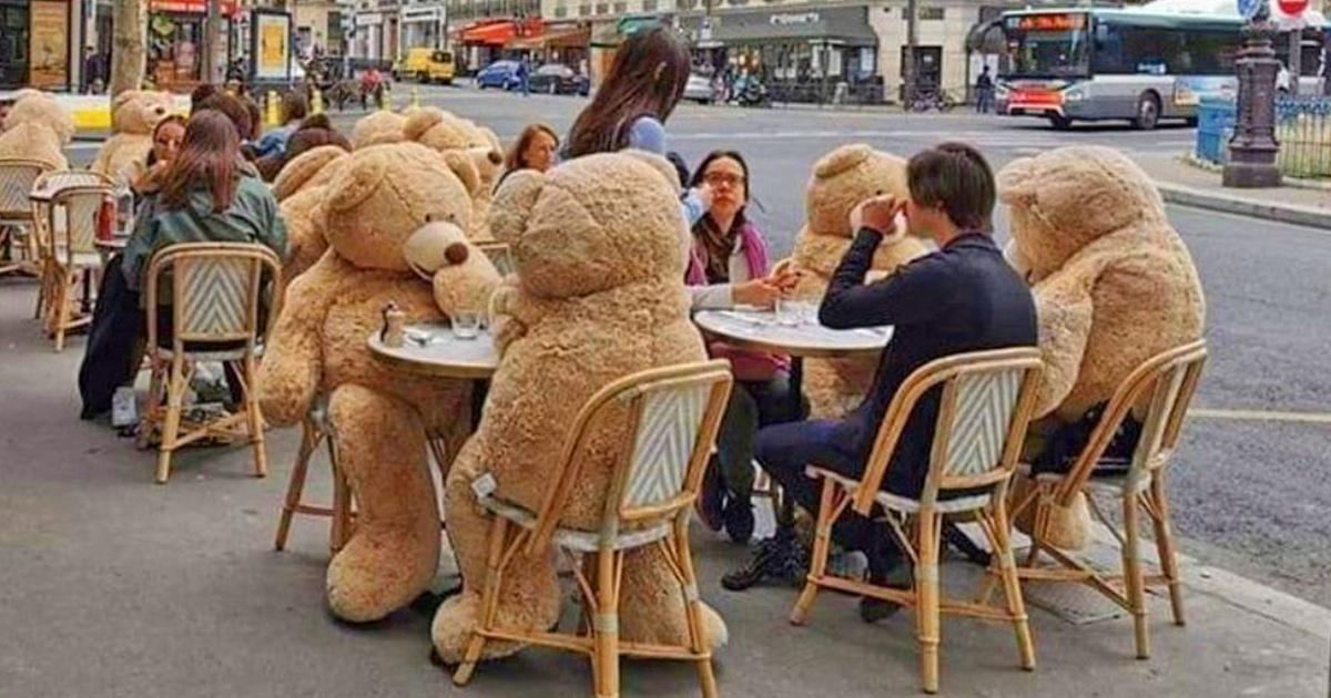 Un café à Paris utilise des ours en peluche géants pour respecter la distanciation sociale