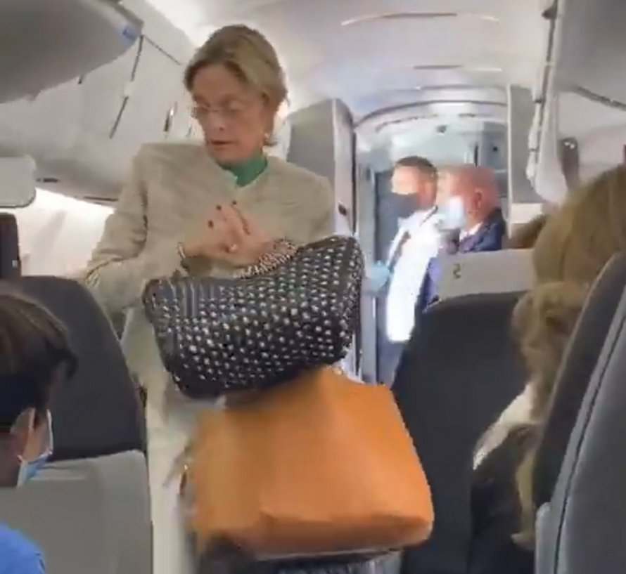 Des passagers applaudissent une femme expulsée de l'avion pour avoir refusé de porter un masque