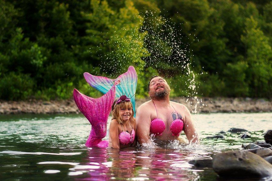 Un papa déguisé en sirène participe à une séance photo adorable avec sa fille pour son 8e anniversaire