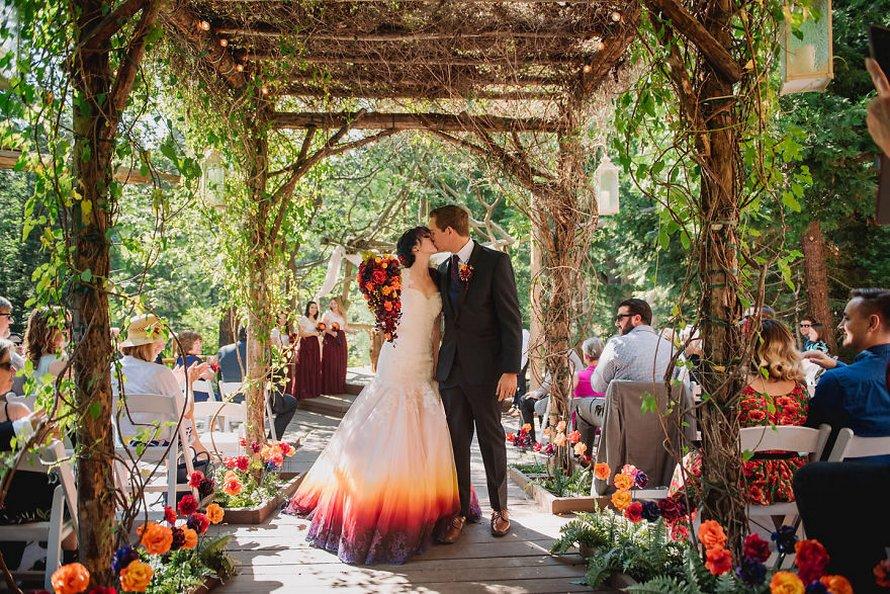 Une artiste lance une entreprise de robes de mariée colorées après que sa «robe de feu» soit devenue virale