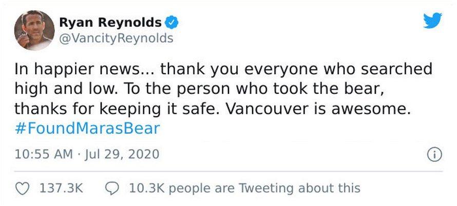 Un ours en peluche avec l'enregistrement de la voix de la défunte mère de cette femme lui a été rendu après l'offre de rançon de Ryan Reynolds