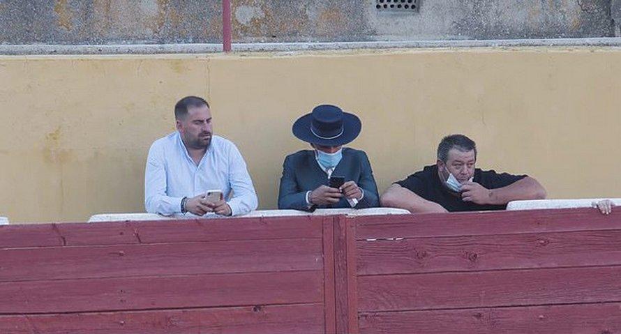 Un taureau ensanglanté meurt dans la douleur alors que l'Espagne organise ses premières corridas après le confinement