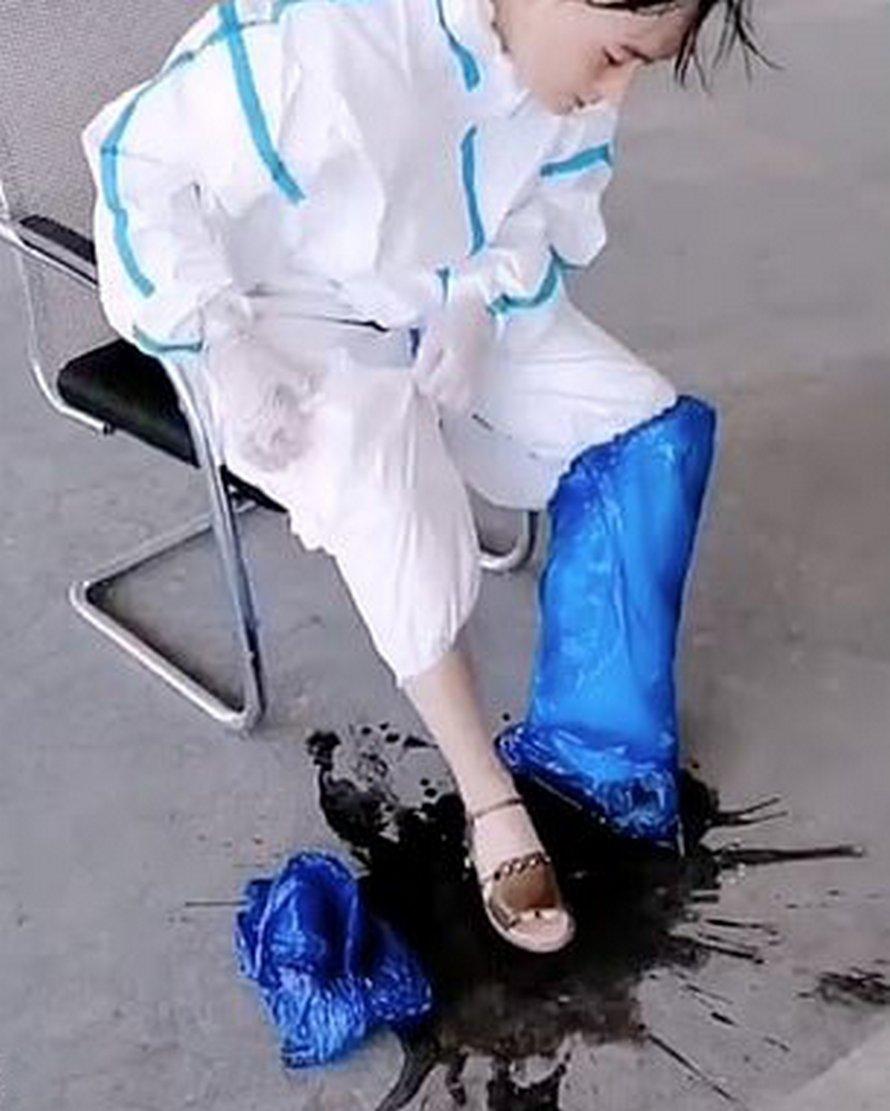 COVID-19: une infirmière déverse des «seaux de sueur» de sa combinaison Hazmat à la fin de son quart de travail