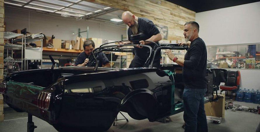 Jason Momoa restaure la Mustang 1965 de sa femme, sa première voiture quand elle avait 17 ans