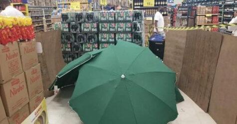 Un supermarché couvre un travailleur mort avec des parapluies pour que le magasin puisse rester ouvert