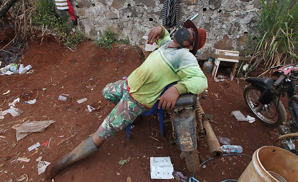 Les autorités locales ordonnent aux anti-masques de creuser des tombes pour les victimes du COVID-19 à Java, en Indonésie