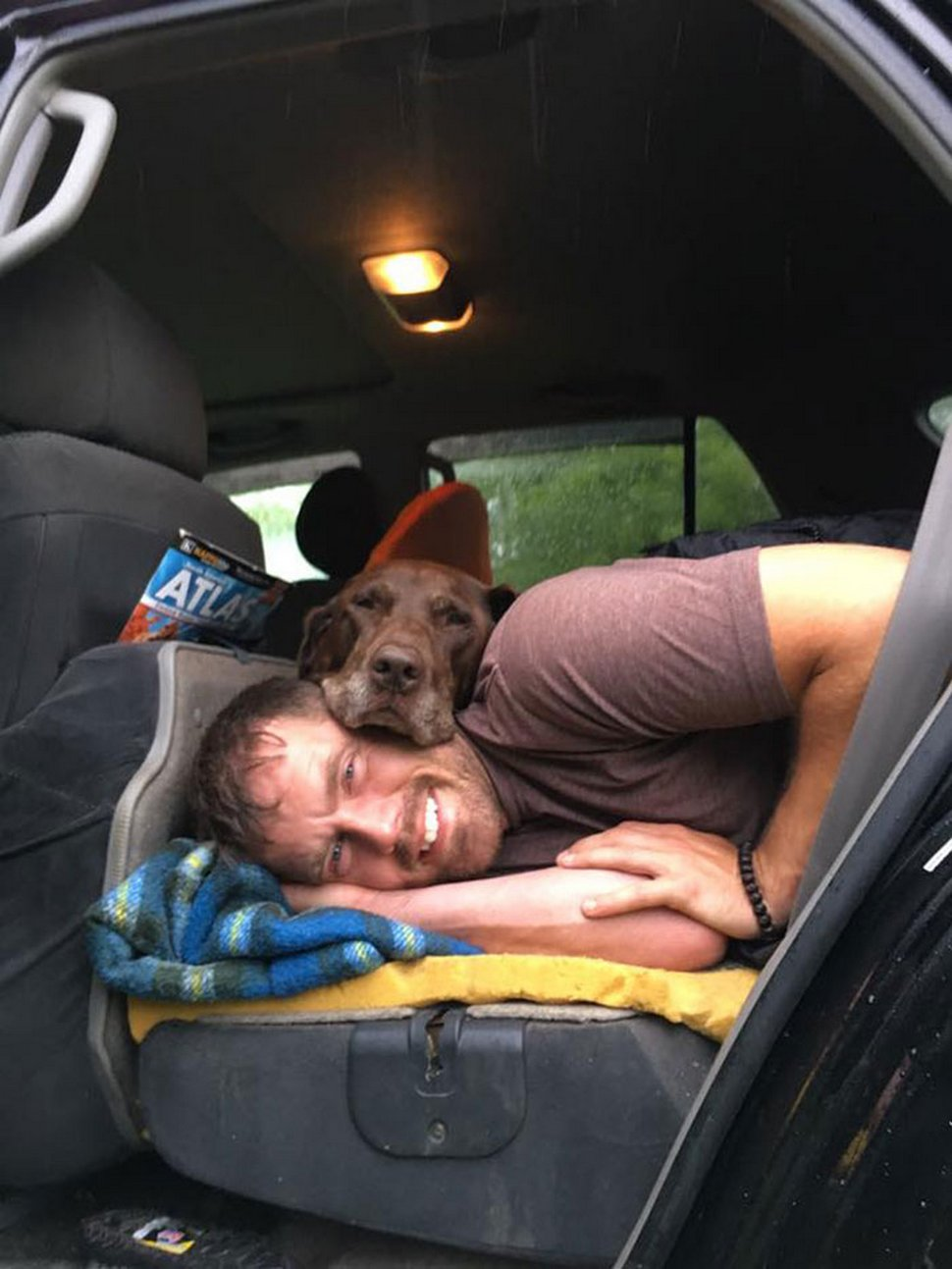 Après qu'une chienne a reçu un diagnostic de cancer, son propriétaire l'a emmenée faire un dernier voyage en voiture épique