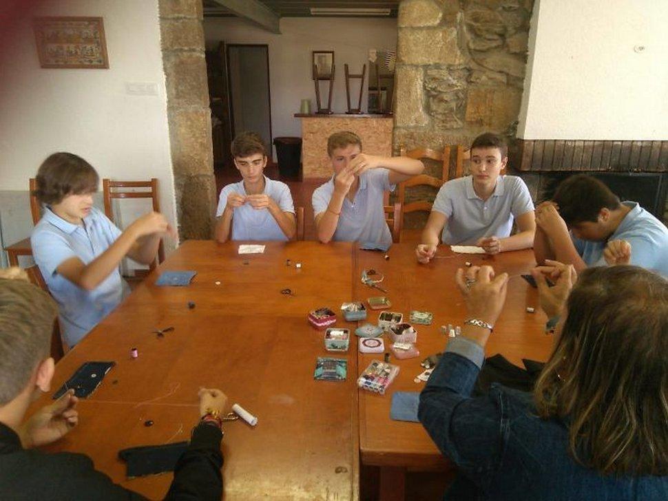 En Espagne, cette école apprend aux garçons à faire des corvées et les gens ont des réactions mitigées
