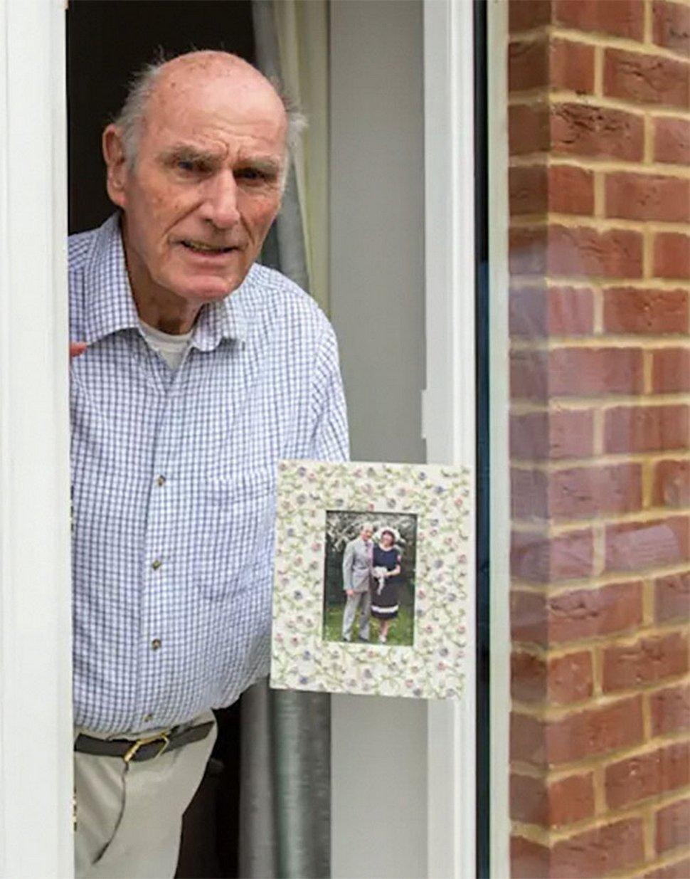 Un homme de 75 ans pose une affiche dans sa fenêtre pour tenter de se faire des amis après le décès de sa femme