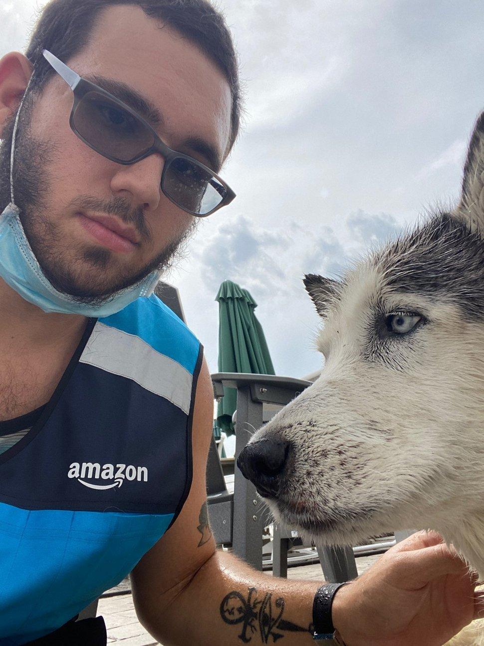 Ce livreur a sauté dans une piscine pour sauver un chien de la noyade