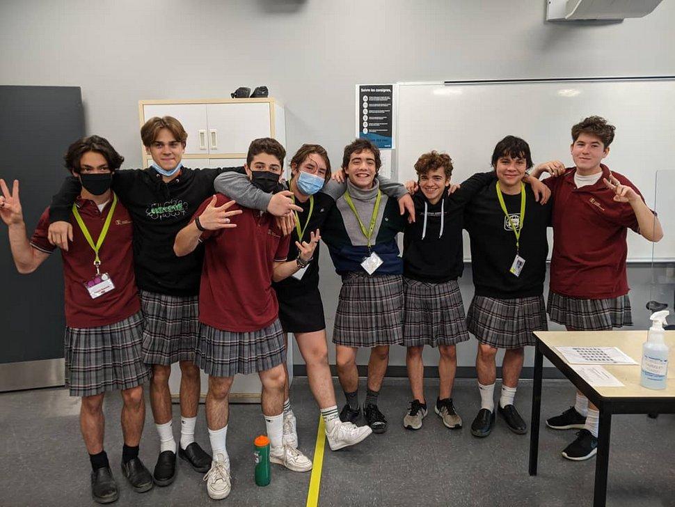 Des élèves québécois portent la jupe à l'école pour dénoncer le sexisme