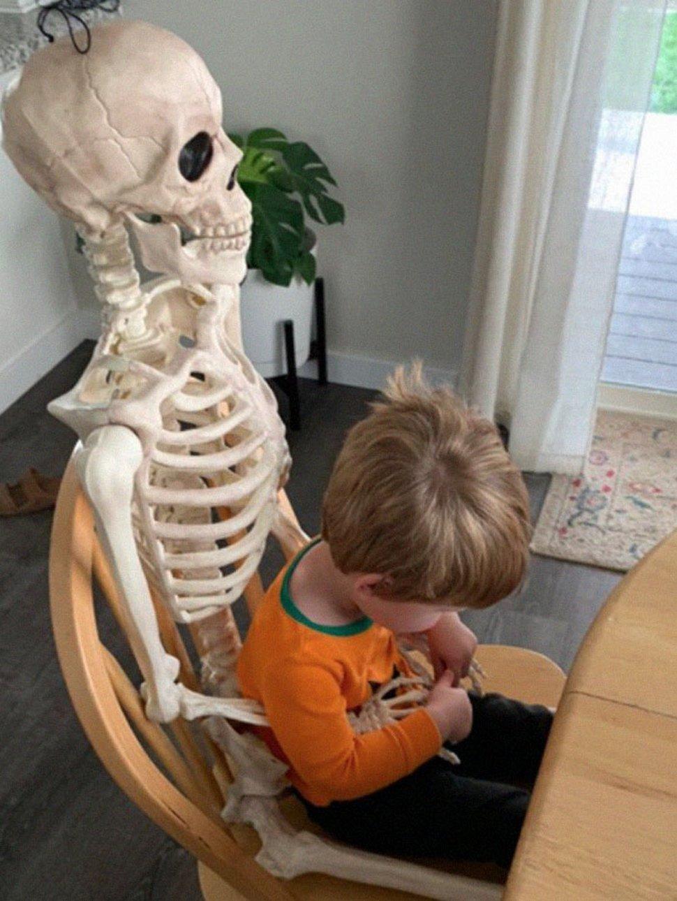 Un jeune enfant se lie d'amitié avec un squelette effrayant que ses parents ont obtenu comme décoration d'Halloween