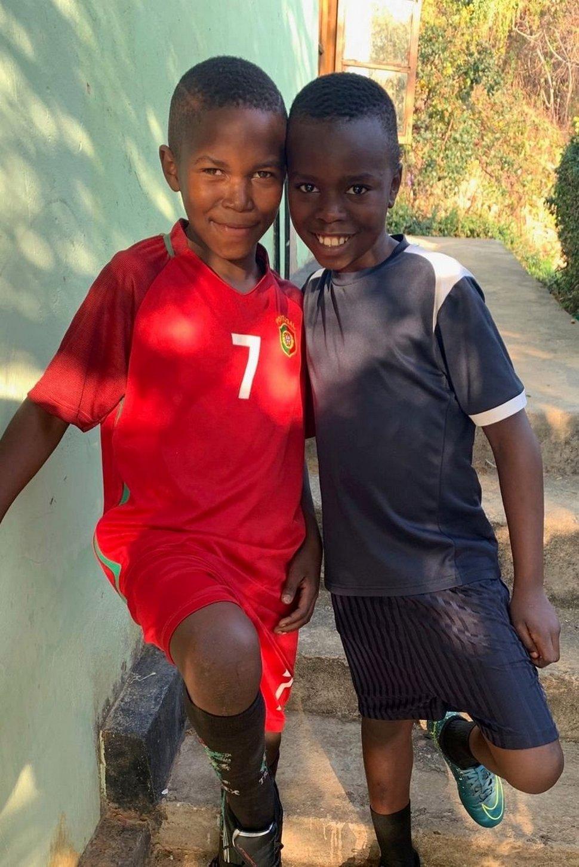 Une jeune femme adopte 14 enfants tanzaniens après avoir fait du bénévolat dans un orphelinat en Afrique