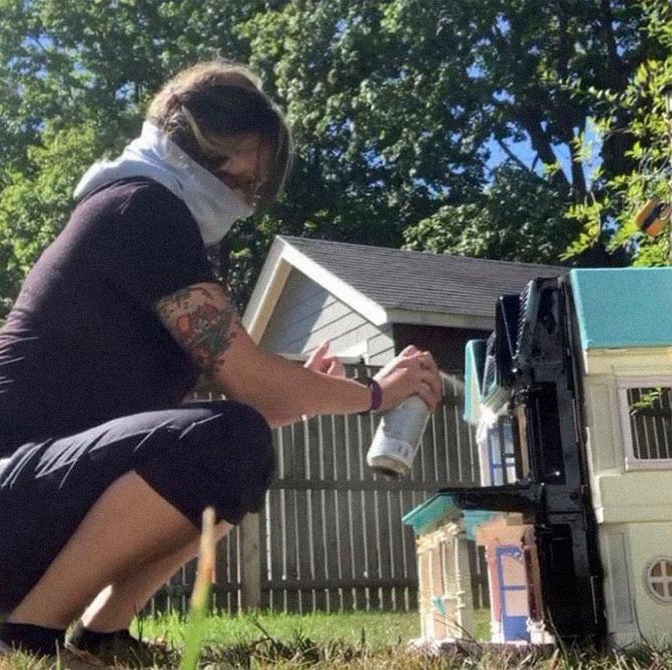 Une mère transforme des maisons de poupée en plastique usagées en maisons hantées