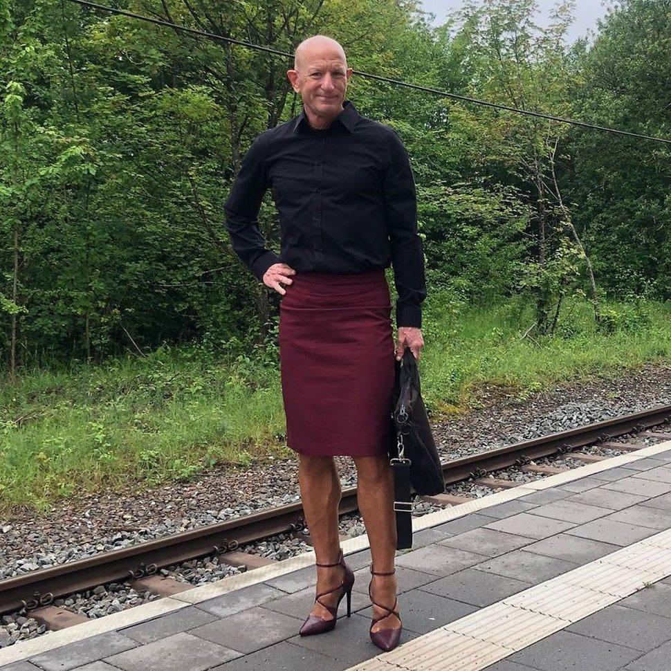 Les jupes et les talons ne sont pas réservés aux femmes et cet homme le prouve à merveille