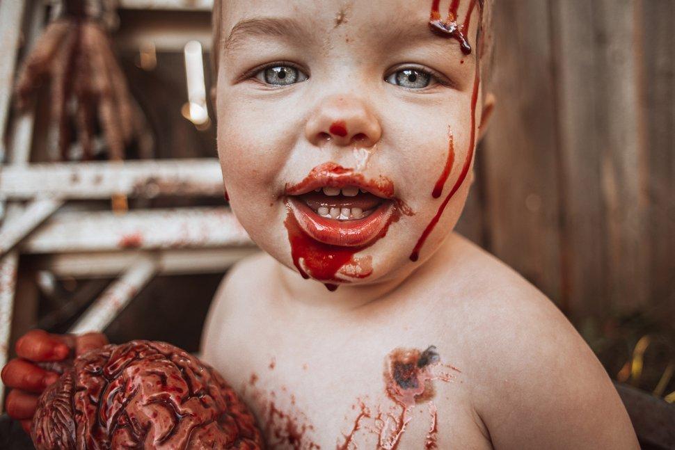 Une mère réalise une séance photo de zombie avec son bébé pour Halloween, mais elle est critiquée par d'autres parents