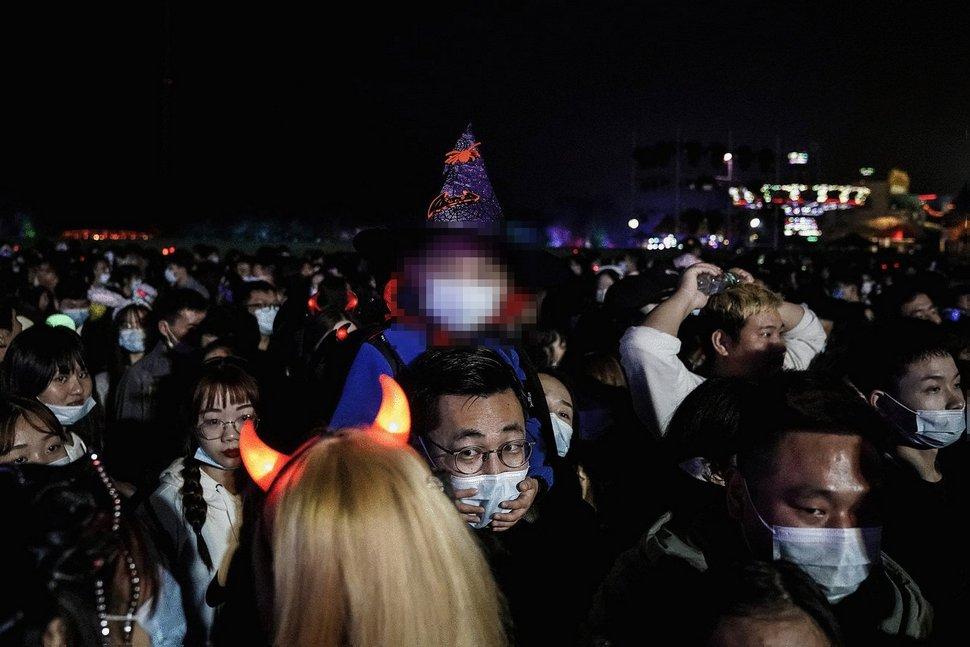 Wuhan célèbre Halloween dans des rues bondées 10 mois seulement après l'apparition du coronavirus