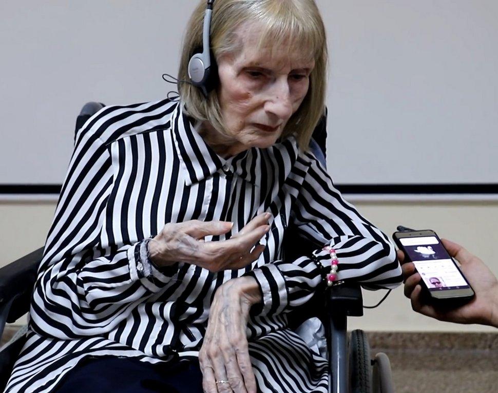 Une ancienne ballerine atteinte d'Alzheimer écoute le Lac des cygnes et recommence à danser