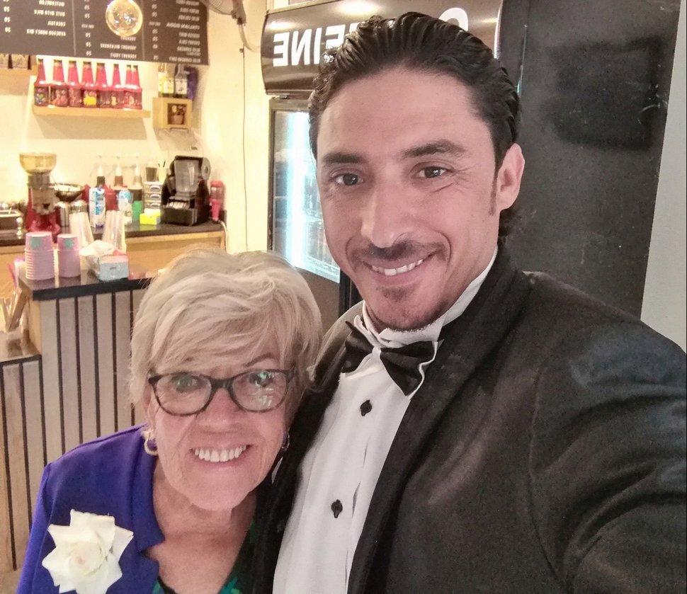 Une femme Britannique de 81 ans épouse un Égyptien de 36 ans et dîne au KFC avec lui