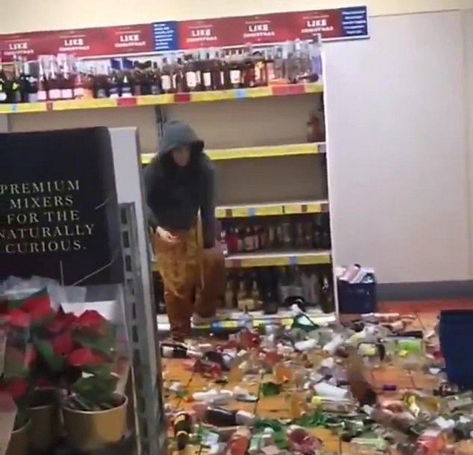 Une femme fracasse des centaines de bouteilles d'alcool alors qu'elle se déchaîne chez Aldi