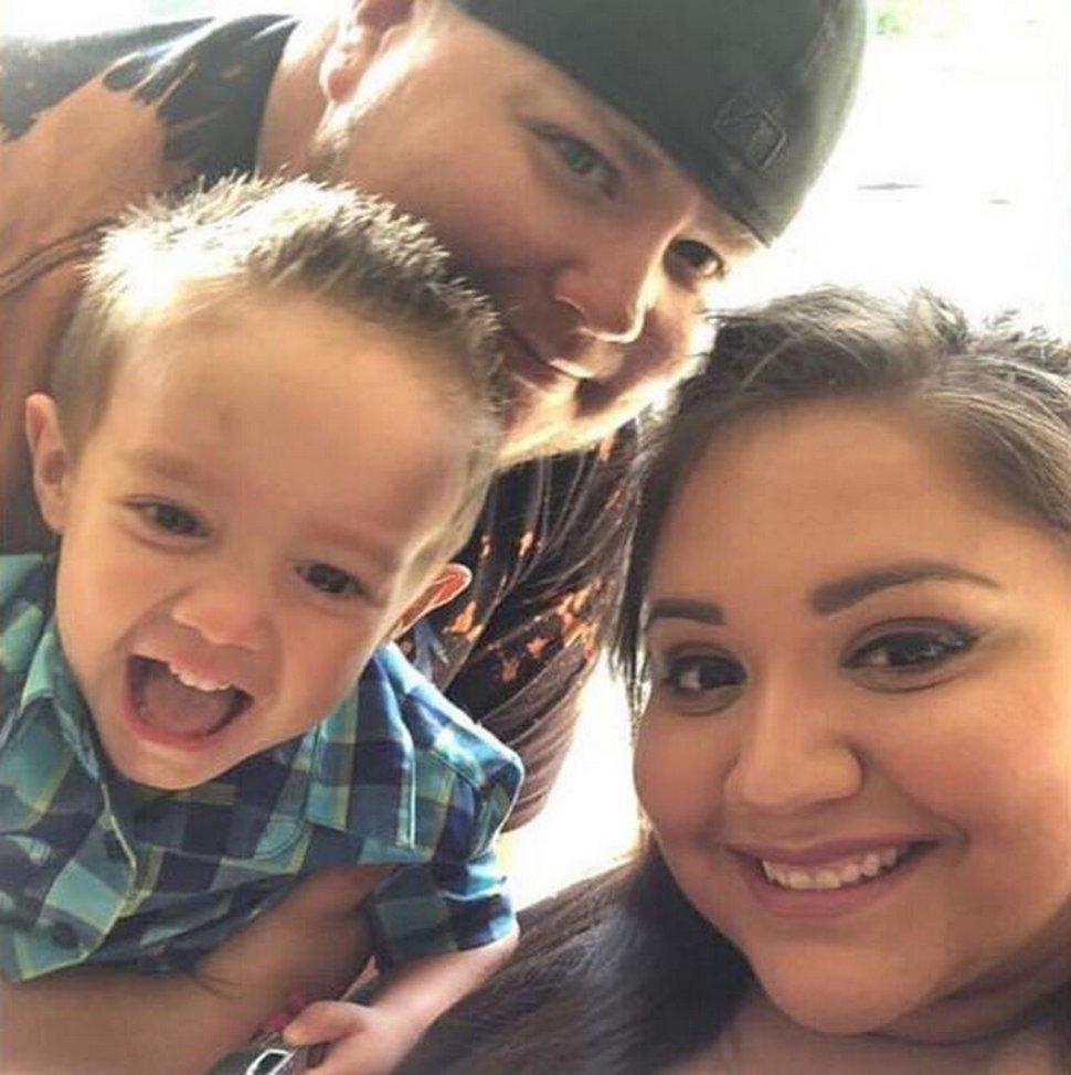 Ce garçon de 4 ans a perdu ses deux parents morts du COVID-19 à quelques mois d'intervalle