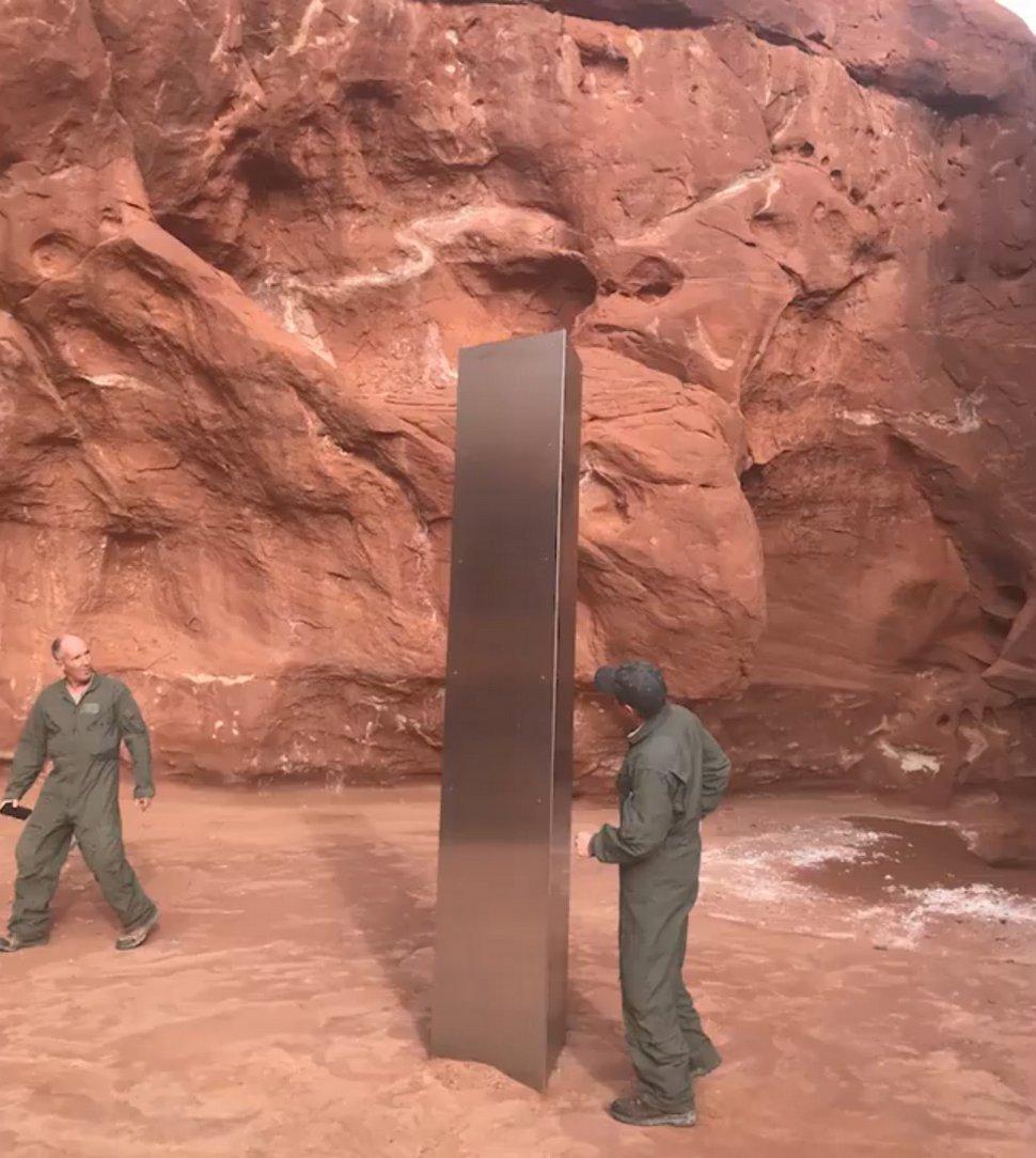 Un équipage d'hélicoptère découvre un monolithe géant en métal dans une zone désertique isolée